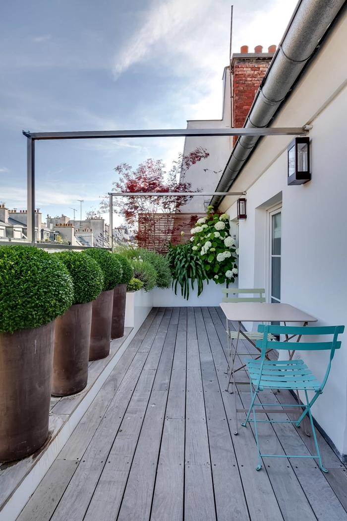 aménagement terrasse bois petit balcon design extérieur appartement plantes dans gros pots de fleurs brise vue terrasse chaise turquoise