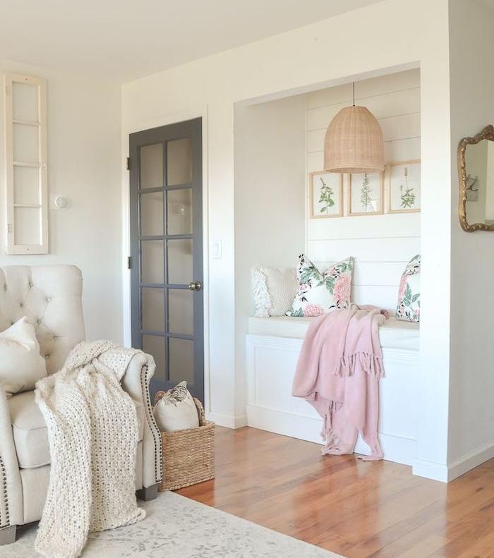 amenagement coin lecture cocooning avec fauteuil blanc capitonné couverture en grosses mailles niche murale banc avec coussins fleuris