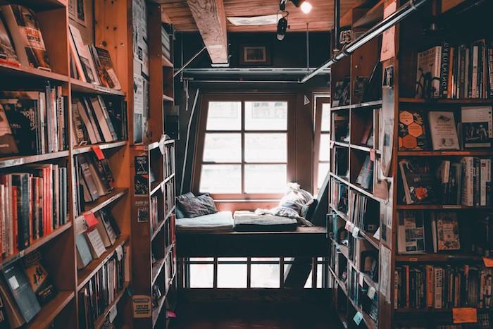 amenagement grande bibliotheque avec banquette sous fenetre avec soussins d assise et coussins ordinaires