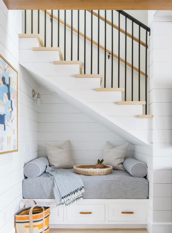 amenagement sous escalier idee de coin lecture avec coussin d assise à rayures avec des coussins cocooning