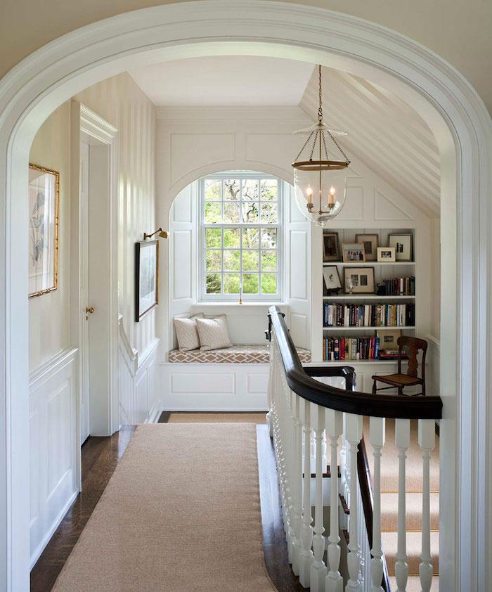 amenager un coin lecture sur le palier de l escalier bibliotheque en niche murale tapis gris sur parquet bois foncé