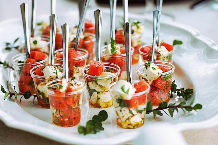 apéritif dinatoire simple salade de fet a et pasteque dans une assiette salade grecque pour mariage été