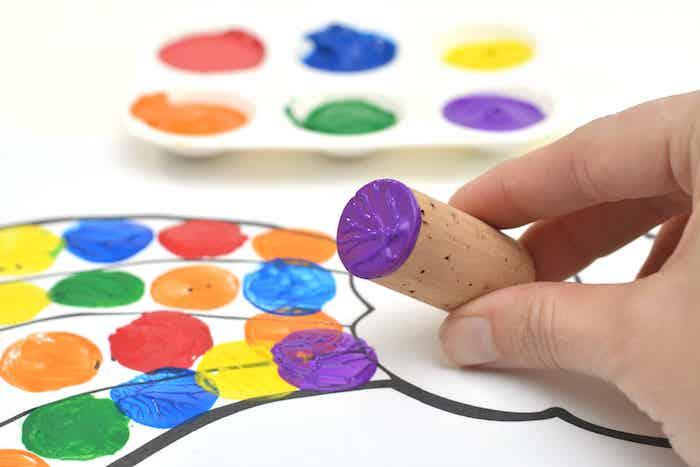 arc en ciel atelier peinture enfant avec de la peinture acrylique et des bouchons de liège activité manuelle 4 ans