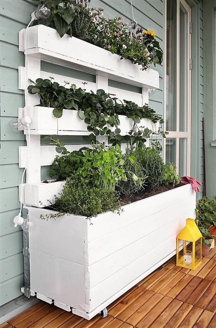 bac a fleurs exterieur grande taille idée décoration terrasse en bois revêtement mural panneaux bois gris lanterne jaune bougie porte blanche