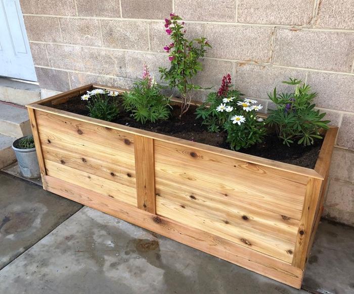 bac a fleurs exterieur grande taille planches bois bricolage pot fleur terrasse diy activité manuelle récup plantes fleuries terrasse béton