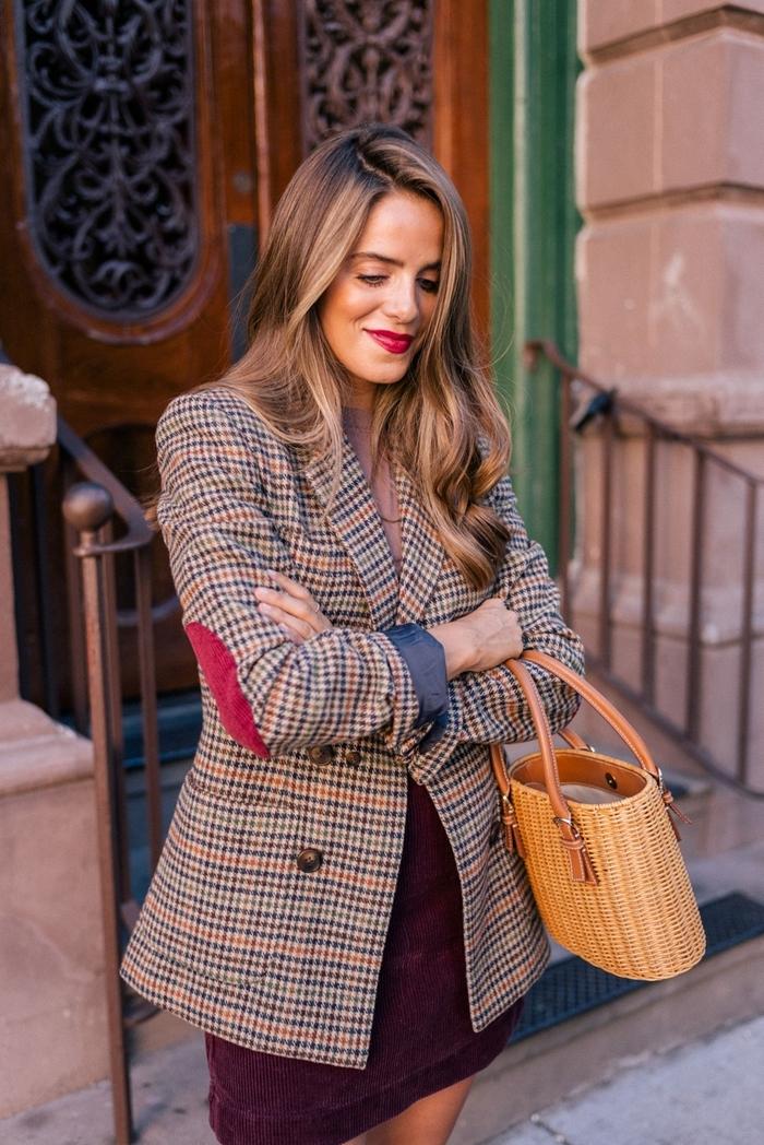 blazer plaid marron et beige jupe velours pourpre tenue élégante femme sac à main tressé idée tenue automne blouse couleur rose poudré