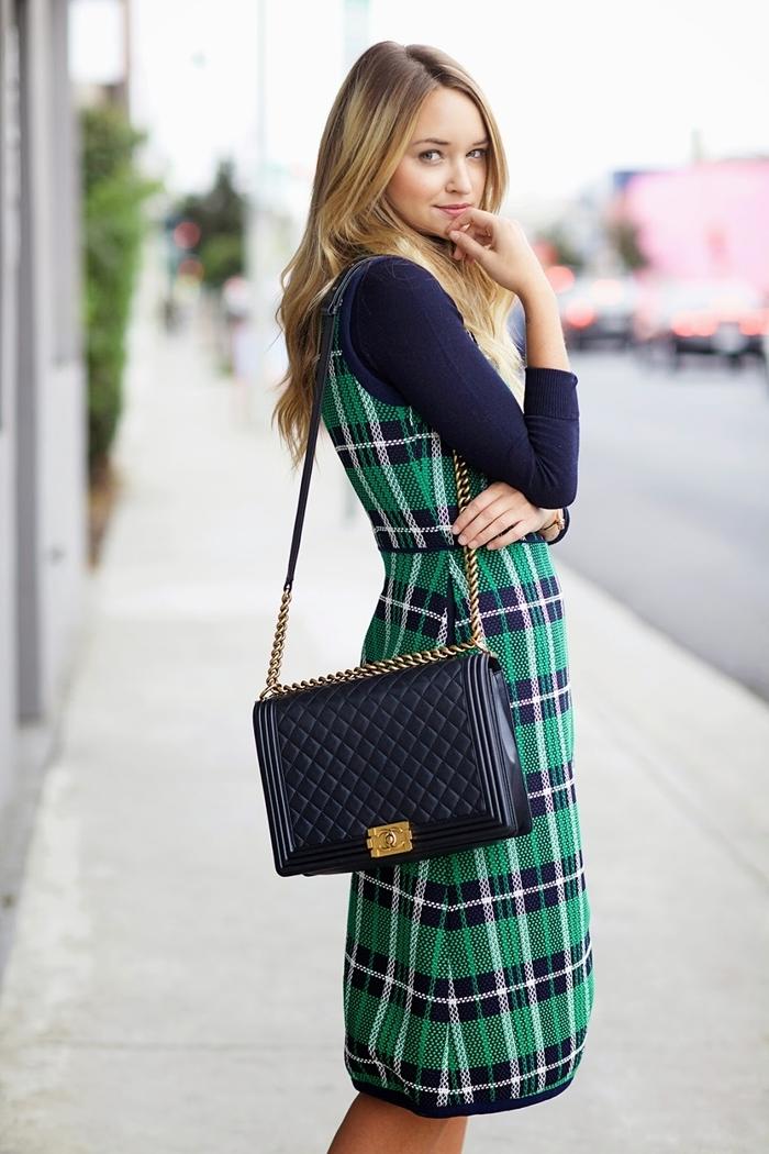 blouse bleu marine robe longueur genoux motifs carreaux vêtements robe sans manches en vert et bleu look bcbg femme sac cuir noir