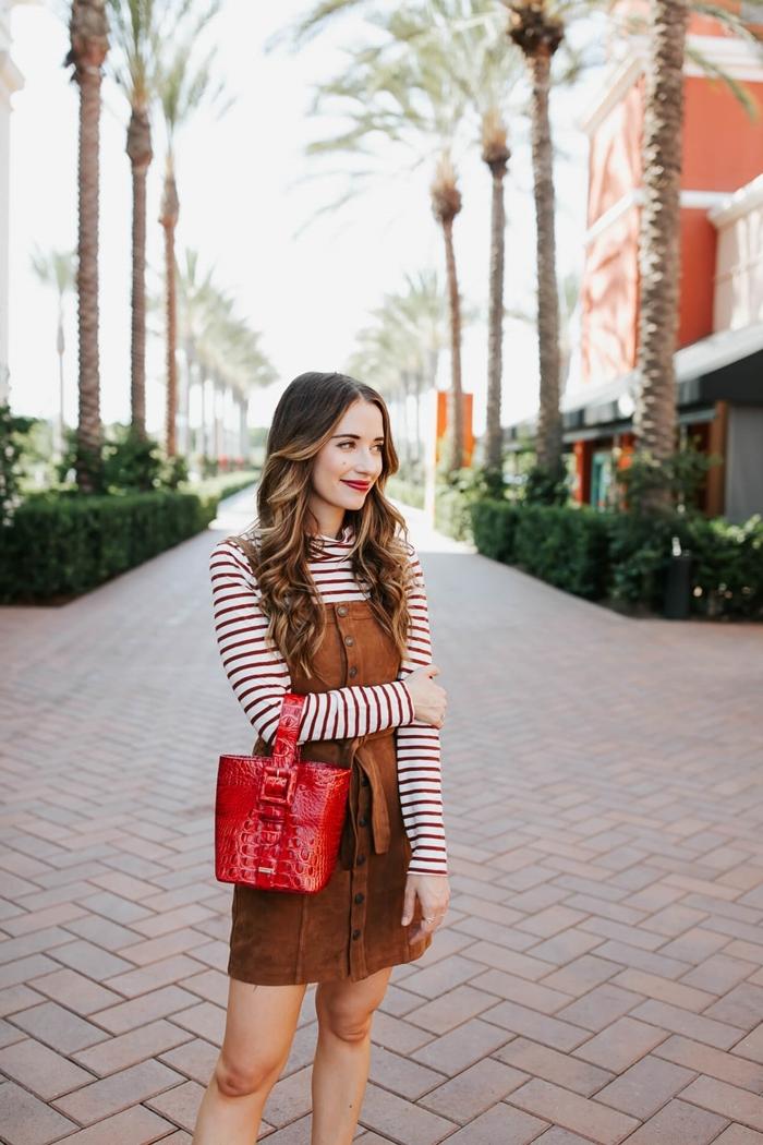 bon chic bon genre robe velours marron pull polo blanc et marron motifs rayures sac à main rouge combinaison couleurs vêtements femme
