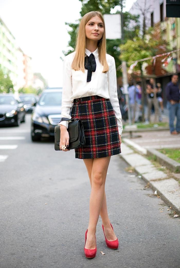 bon chic bon genre tenue femme chemise blanche cravate ruban noir jupe taille haute motifs carreaux rouge et noir chaussures talons