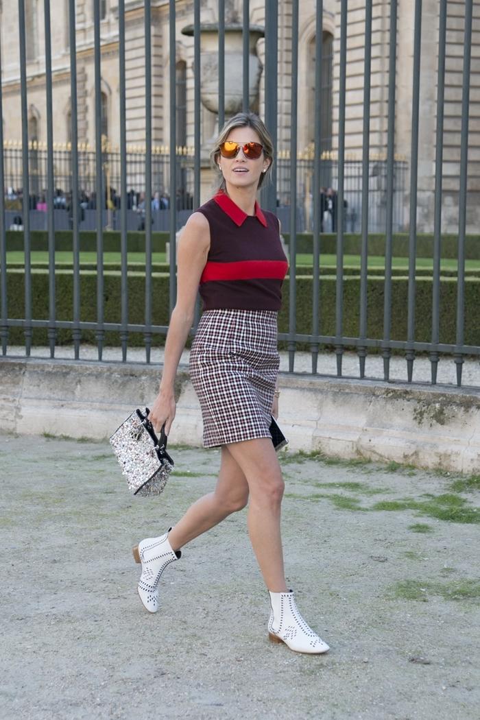 bottines en blanc sac à main blanc et noir preppy look jupe carreaux blanc et marron polo rouge col lunettes de soleil miroir jaune