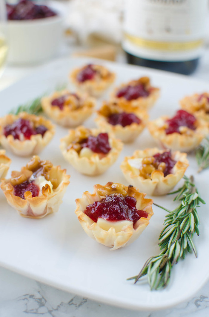 bouhchées millefeuille au fromage et confiture de canneberges avec decoration brins de romarin amuse bouche apéritif facile occasion speciale