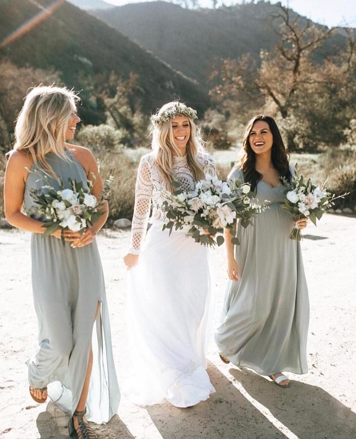 bouquet mariée style champêtre sandales plates lacets grises robe de soirée longue pour mariage robe décolleté en v robe fluide