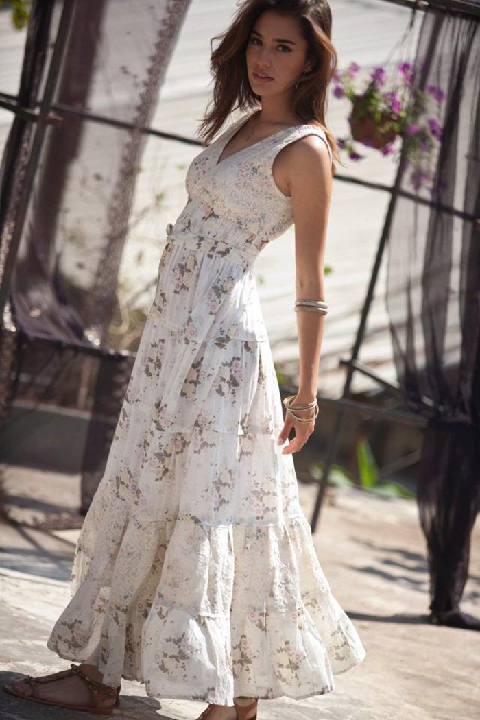 bracelet métal décolleté en v robe longue fluide blanche motifs floraux robe boho chic été vêtements femme sandales plates marron