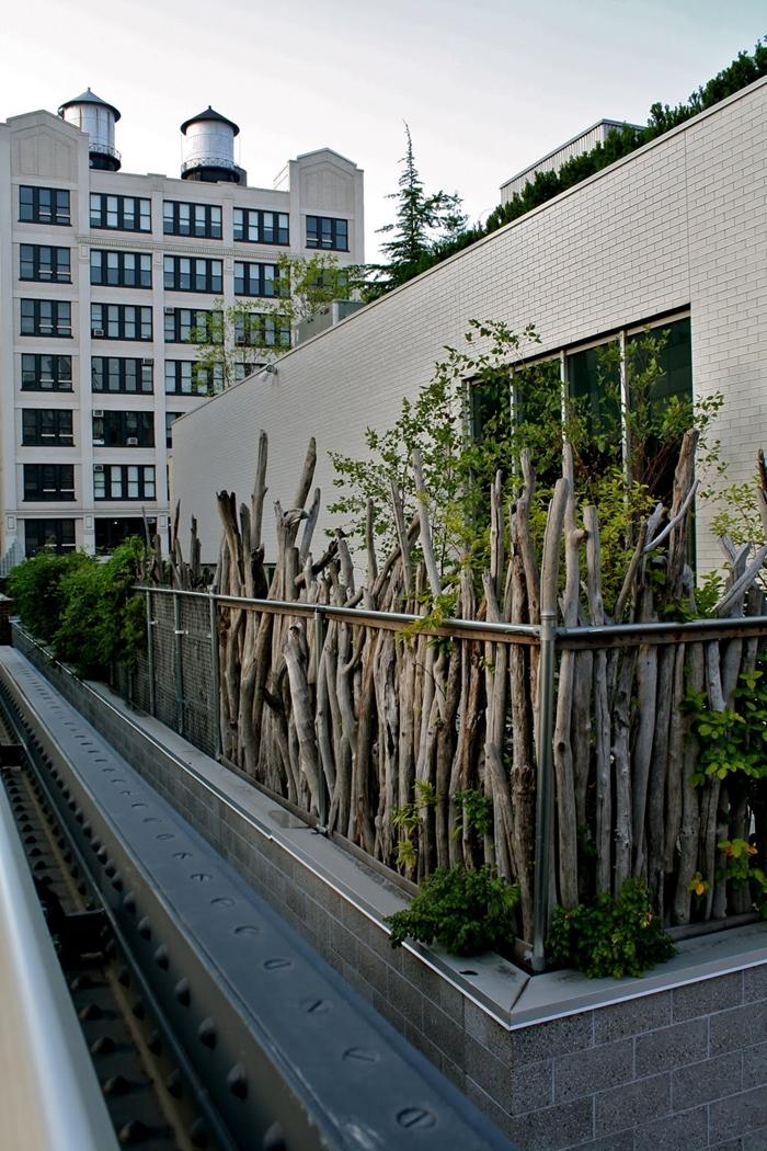brise vue balcon design extérieur style moderne architecture maison appartement façade clôture bois végétation plantes vertes