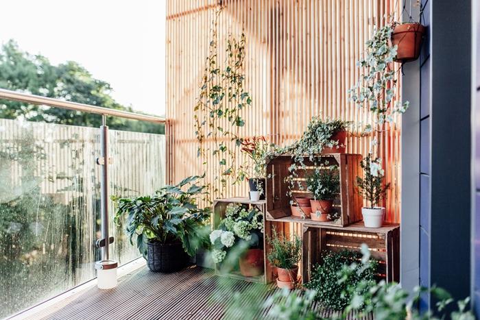 brise vue grillage bois mur séparation décoration balcon appartement jardin terrasse bois recyclage palette mur végétal plantes grimpantes