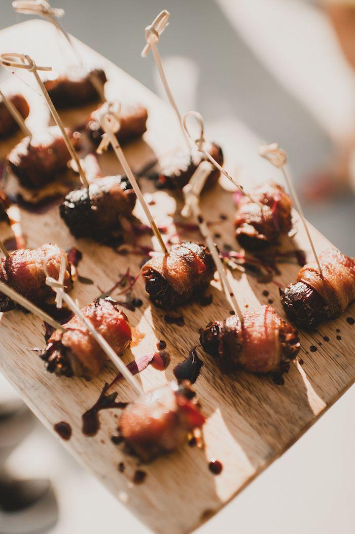 brochette aperitives apero dinatoire chic mariage figues au bacon avec reduction de vinaigre de balsamique sur plateau bois