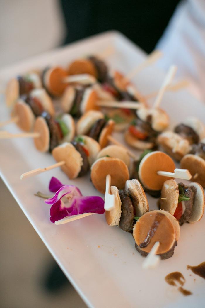 brochette apero dinatoire original petits hamburgers avec mini pain et petite boulette de viande