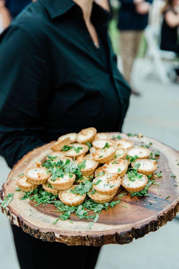 buffet campagnard idee de mini quiche au fromage sur rondin en bois dans une pâte tartalettes