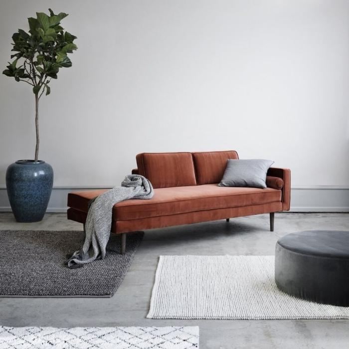 canapé terracotta en tissu décoration salon industriel plante verte pot fleur bleu pouf ottoman velours gris anthracite tapis moelleux gris