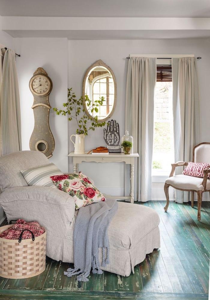 canapé lit couleur gris perle coussin fleuri couverture maillée table d appoint vintage parquet retro chic idee coin lecture deco shabby chic