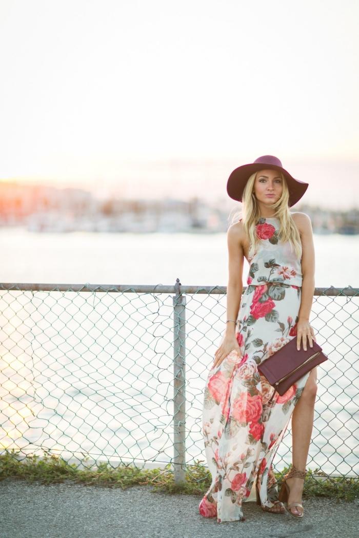 capeline marron foncé sandales à talons métalisées robe d invité pour un mariage d été design fleuri robe longue fendue col montant