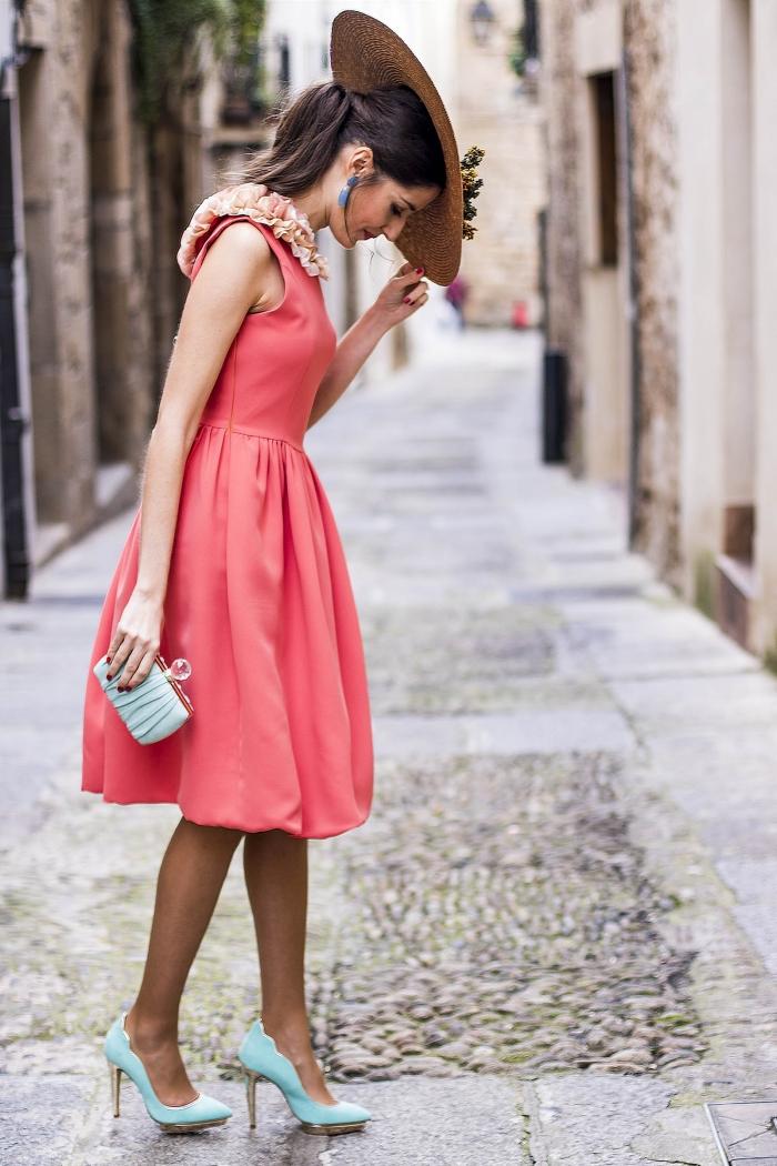 capeline paille décoration fleurs pochette bleu pastel chaussures à talons robe d invité pour un mariage d été couleur rouge col en fleurs pêche
