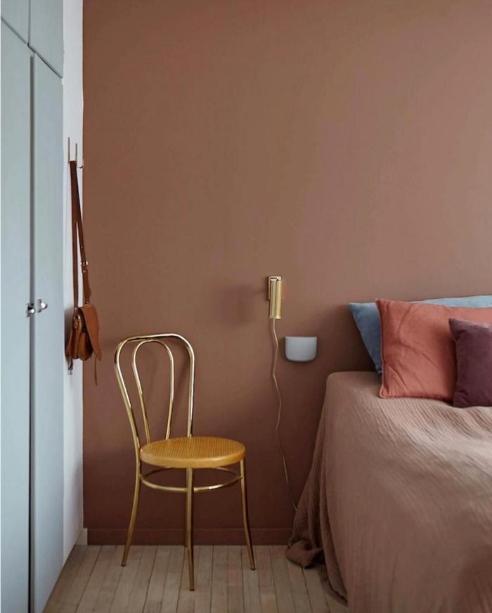 chaise bois et or décoration chambre à coucher moderne peinture terracotta tendance couleur peinture chambre adulte coussins décoratifs