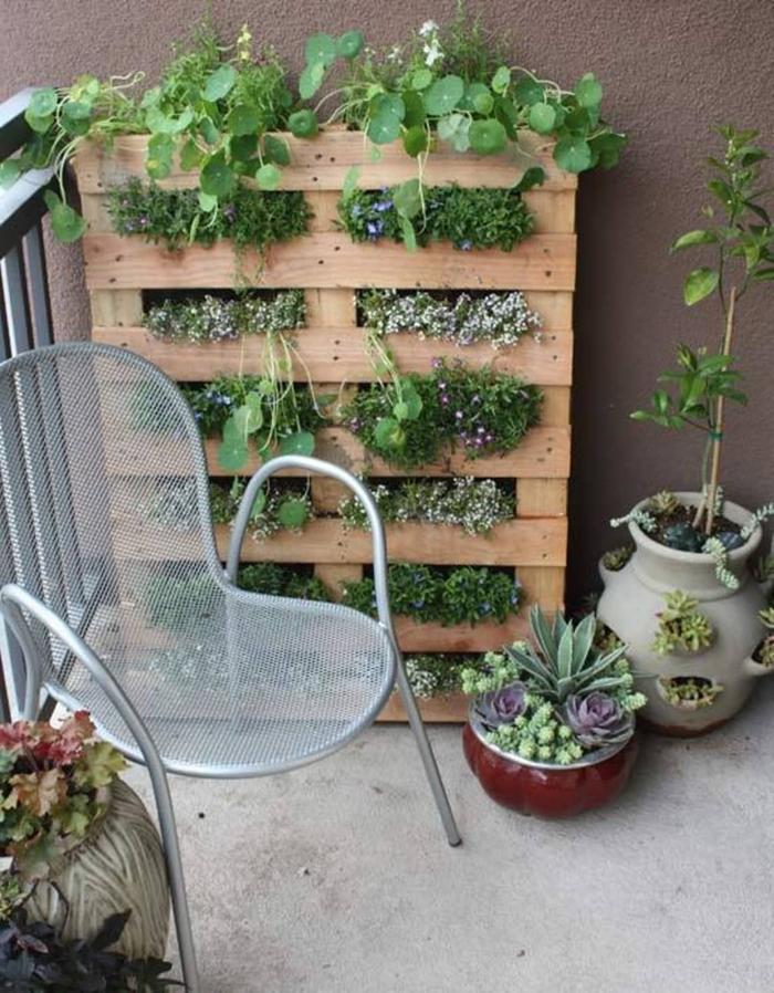 chaise métal diy rangement pour plantes ou herbes décoration petit balcon avec mur végétal diy pot de fleur exterieur en bois récup