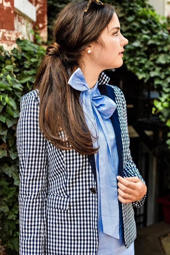 chemise bleu col papillon blazer femme motifs carreaux en blanc et noir tenue stylée femme élégante pantalon bleu pastel lunettes soleil