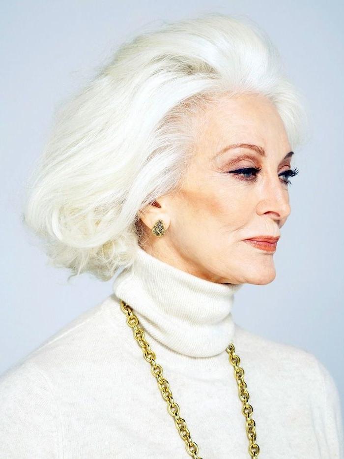 cheveux blancs avec coupe carré court avec volume idée de coiffure courte femme 60 ans