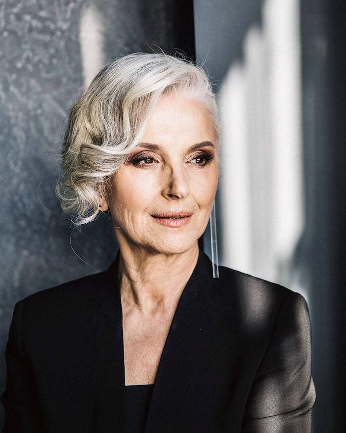 cheveux gris femme avec des mèches sur le coté bouclées idée coiffure avec meche