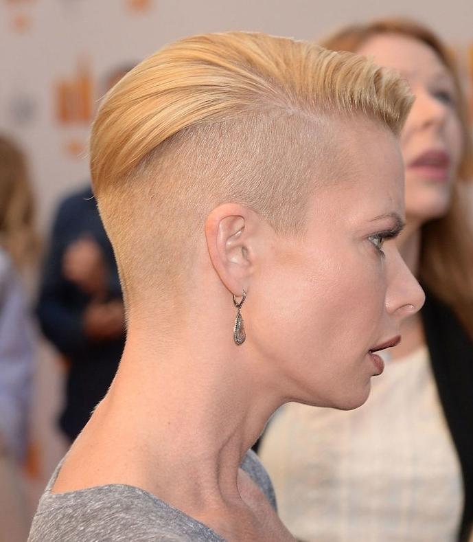 cheveux rasés de côté avec une mèche blonde idée coupe tres courte femme facile à coiffer