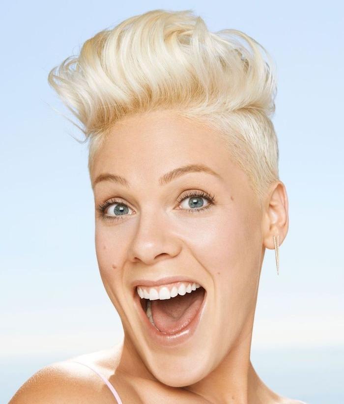 coiffure banane femme cheveux blond polaire avec des côtés rasés et mèche ondulée dessus tendance coupe courte femme
