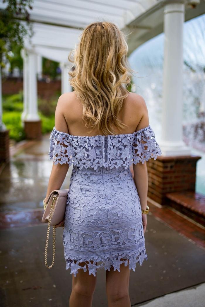 coiffure cheveux longs wavy tenue mariage femme stylée robe courte dentelle florale manches tombantes épaules dénudées robe pastel
