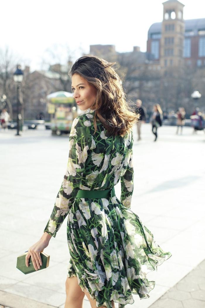 coiffure cheveux wavy coupe mi longue pochette forme géométrique verte robe bohème chic pour mariage longueur genoux motifs feuilles vertes