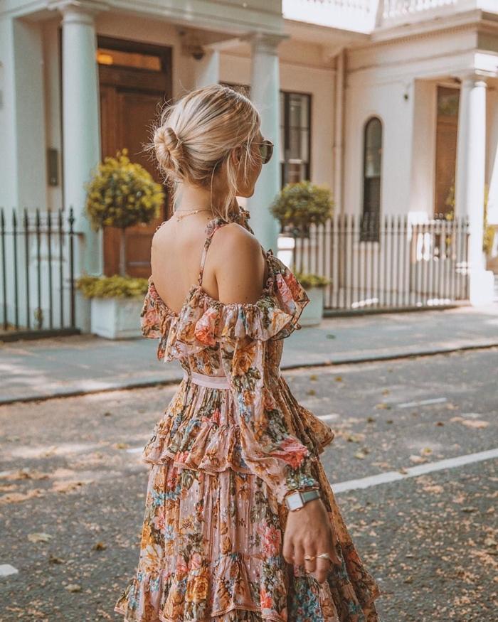 coiffure chignon décontracté lunettes de soleil montre bagues or robe longue a fleur ceinturée épaules dénudées bretelles