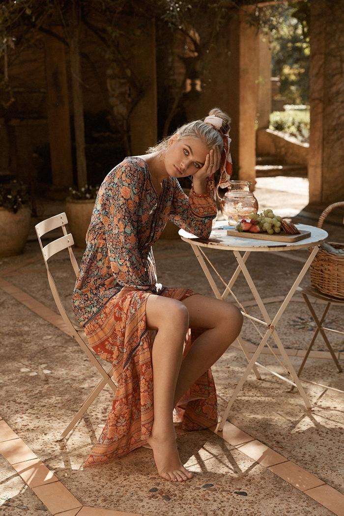 coiffure chignon haut mode été femme robe bohème longue fluide robe marron imprimés floraux tenue boheme chic