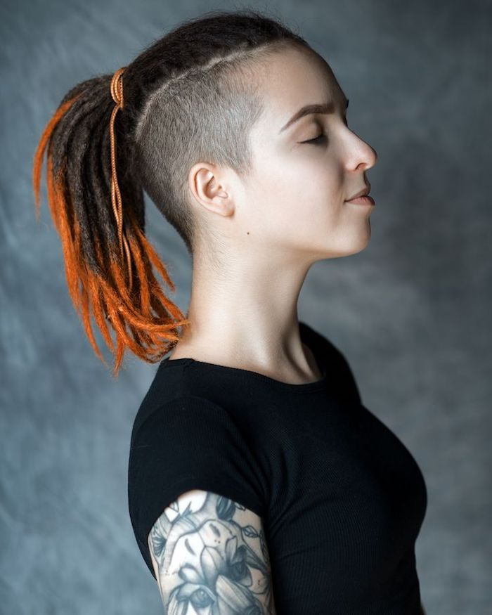 coiffure courte femme tresses africaines avec des bouts orange avec des côtés raséset tee shirt noir