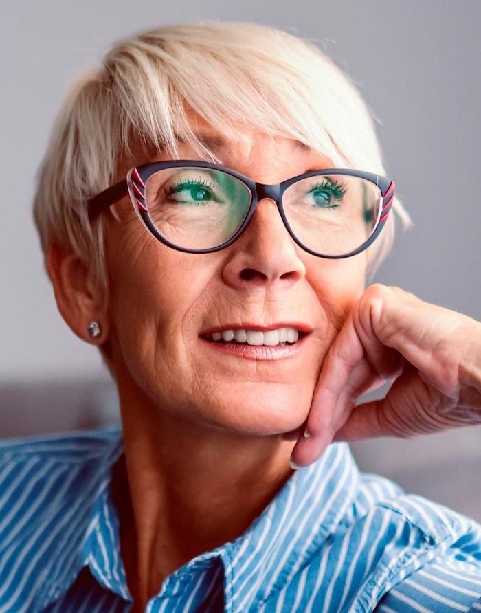 coiffure pixie lisse coupe de cheveux court femme 60 ans avec lunettes couleur cheveux blond polaire