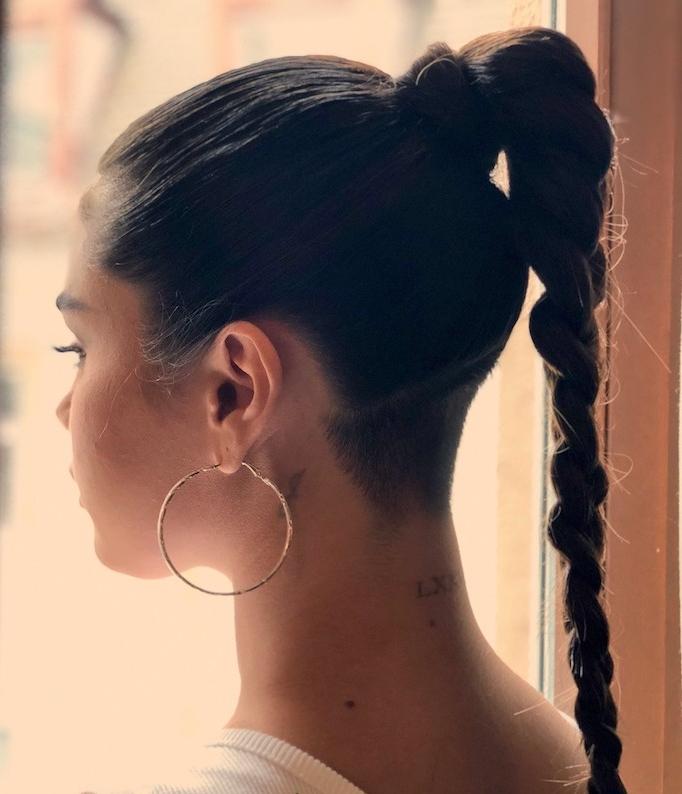 coiffure selena gomez nuque rasée avec tresse longue tendance coupe courte femme jeune