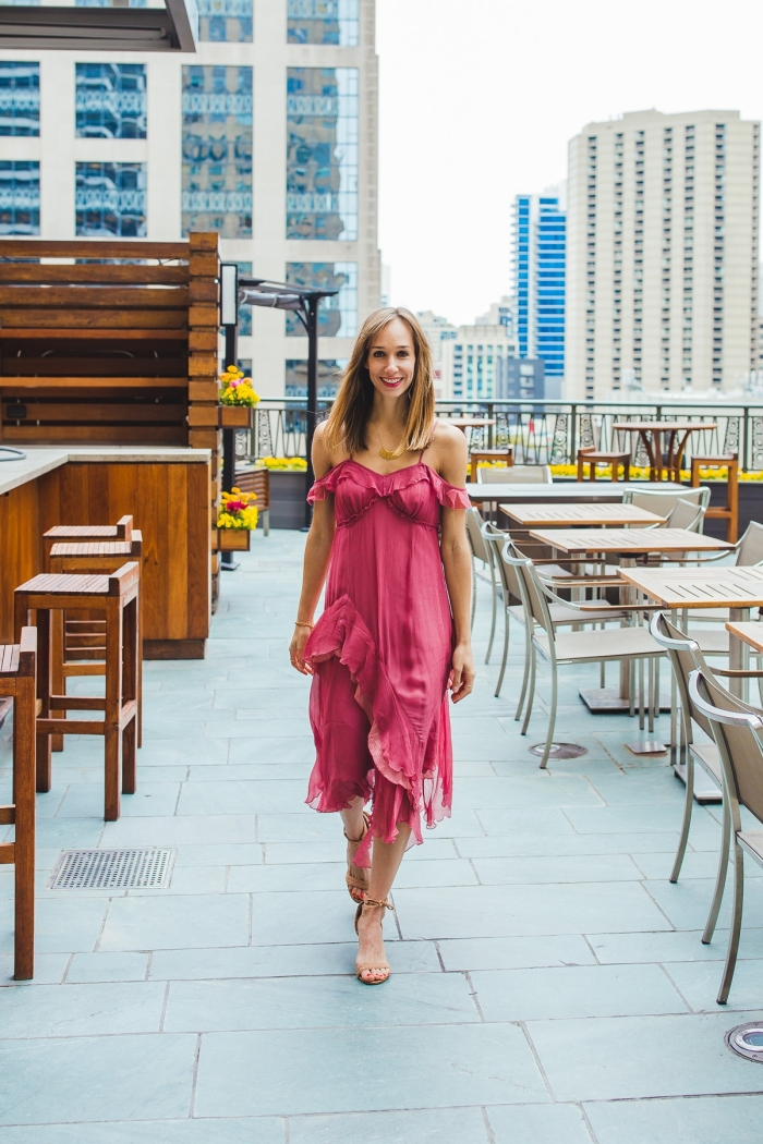 comment bien s habiller femme été robe pour mariage invité couleur rose foncé volants bretelles manches tombantes coupe asymétrique