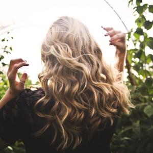 Prendre soin de ses cheveux en été - les bons gestes à adopter contre les agressions capillaires estivales