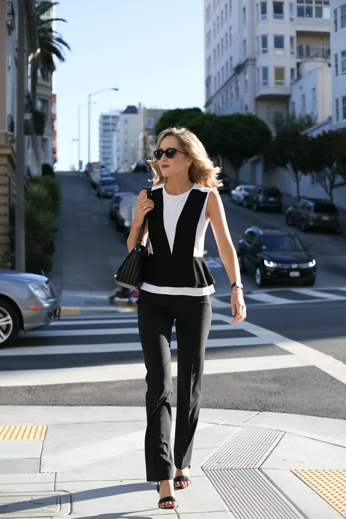 comment s habiller aujourd hui femme élégante pantalon fluide noir top blanc et noir sandales talons noires lunettes soleil