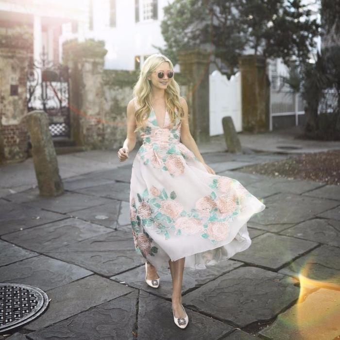 comment s habiller pour un mariage chaussures plates lunettes de soleil tendance femme robe longue fluide motifs roses et feuilles vertes