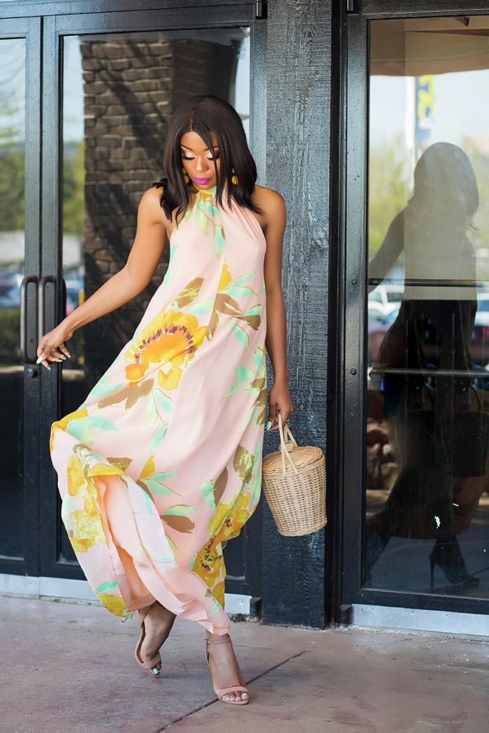 comment s habiller pour un mariage sac à main rond tressé sandales à talons beige robe longue rose pastel motifs floraux maquillage fards à paupières métalisés