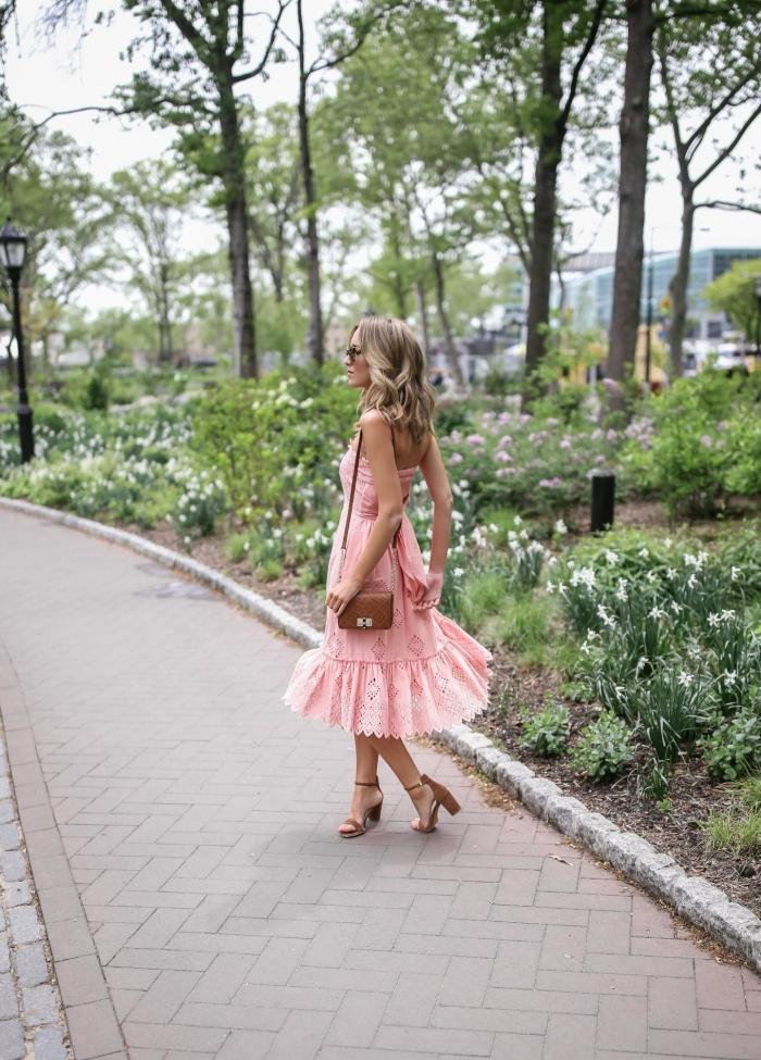 comment s habiller pour un mariage sandales talons marron robe longueur genoux couleur rose pastel sac a main cuir marron lunettes de soleil tendance femme