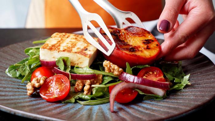composer une salade d épianrds roquette tomates cerises noix halloumi et pêches grillées que mettre dans une salade