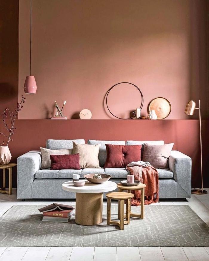 couleur de peinture pour salon moderne terracotta peinture canapé coussins décoratifs table basse blanc et bois lampe suspendue rose