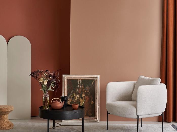 couleur peinture chambre adulte terracotta fauteuil blanc pieds métal table basse ronde en noir mat vase bouquet fleurs rideaux longs