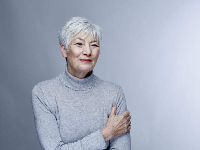 coupe cheveux blancs femme 60 ans avec des mèches effilées et frange sur le front